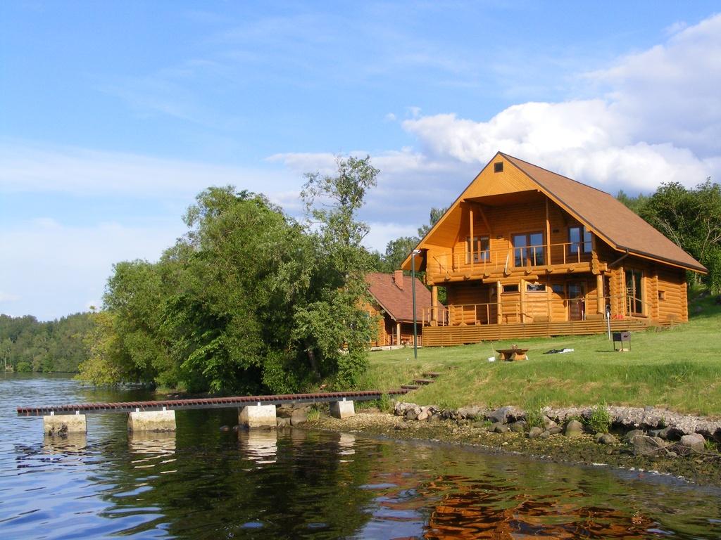 Дома у реки фото